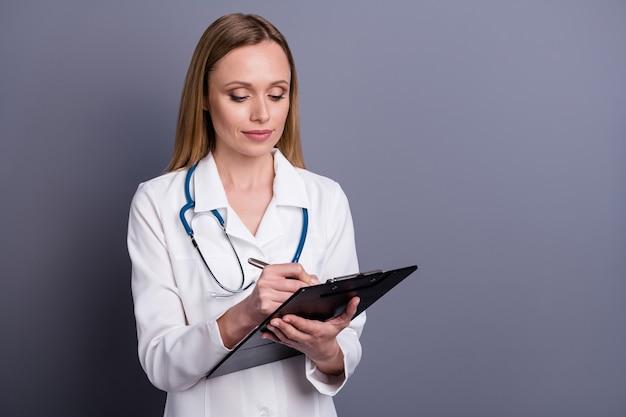 Aardig gericht meisje doc receptioniste medische formulier invullen