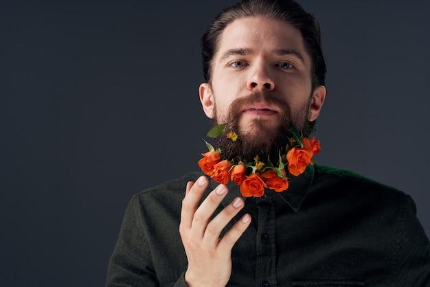 Aardige man en bloemen in de stad decoratie charme close-ups studio