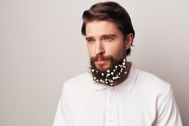 Aardige man in wit overhemd emoties baard bloemen ecologie.