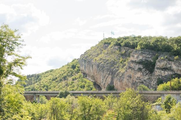 Aardlandschap met spoorweg en berg