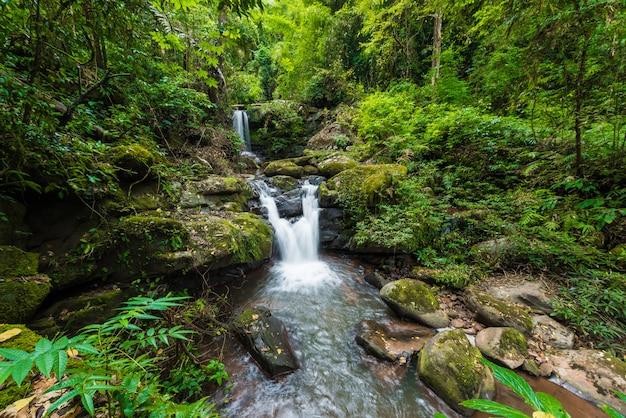 Aardlandschap van sapan-waterval bij sapan-dorp, boklua-district