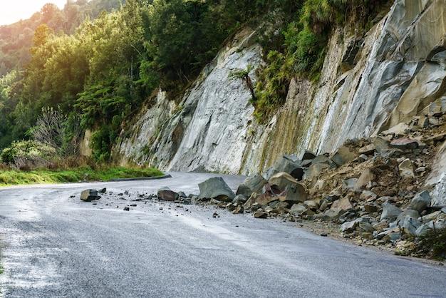 Aardverschuiving na zware regenval op whanganui rivierweg in nationaal park in de herfst, whanganui, noordereiland van nieuw-zeeland