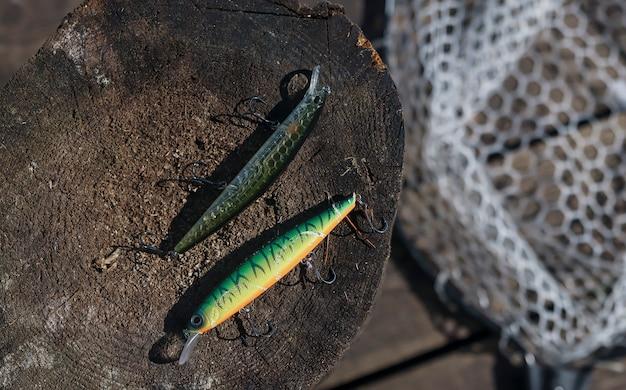 Aas of wobbler op houten oppervlak en visnet