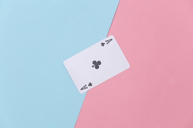 Aas van clubs op roze blauwe achtergrond.