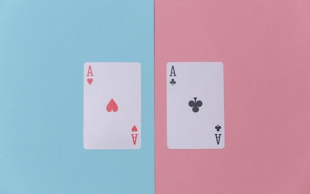 Aas van harten en clubs op roze blauwe achtergrond.