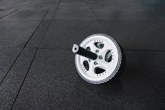 Ab wiel op de sportschool vloer