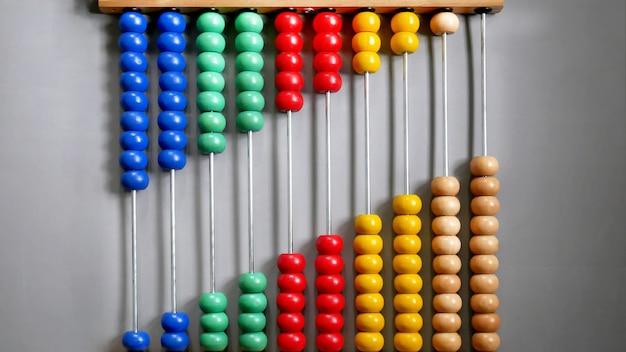 Abacus voor het tellen van de praktijk, kralen die diagonaal op een grijze achtergrond liggen