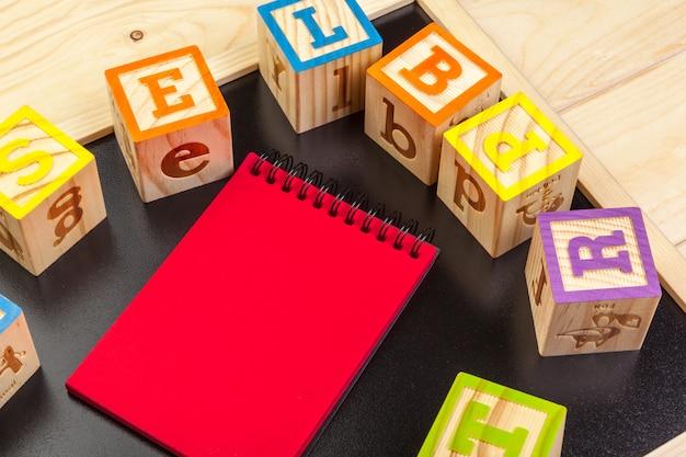 Abc alfabet met papieren notitieblok