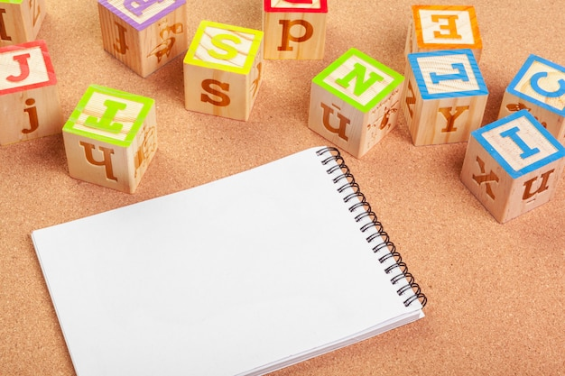 Abc alfabet met papieren notitieboek