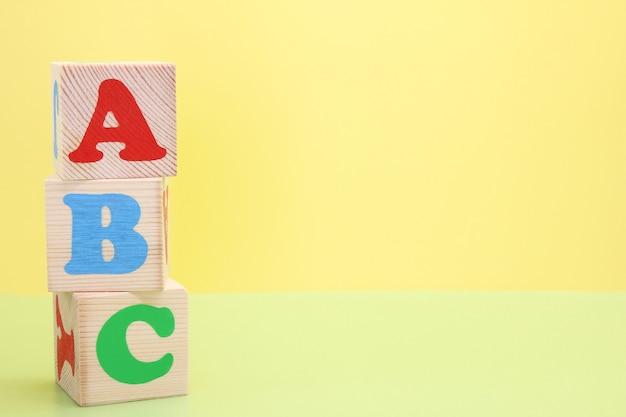 Abc - de eerste letters van het engelse alfabet op houten speelgoedblokjes.