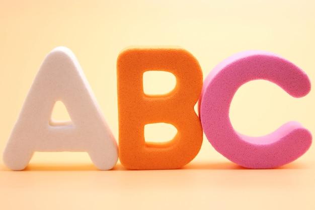 Abc eerste letters van het engelse alfabet close-up. vreemde taal leren.