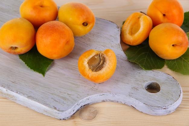 Abrikozen aan boord op houten tafel