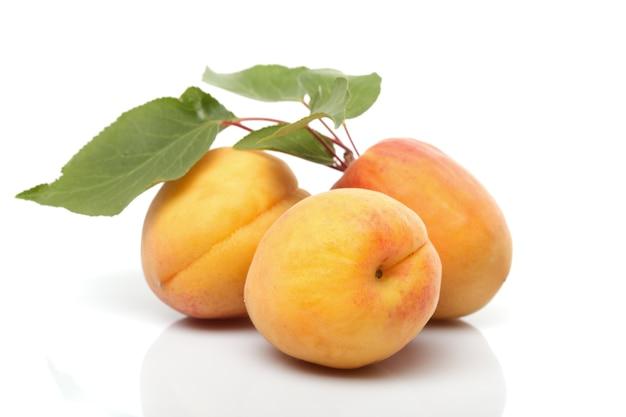 Abrikozen geïsoleerd op wit