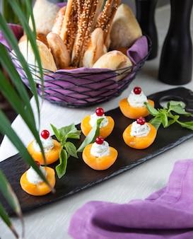 Abrikozen met room en kers