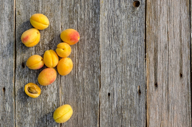 Abrikozen. rijpe verse abrikozen op een houten uitstekende achtergrond, hoogste mening