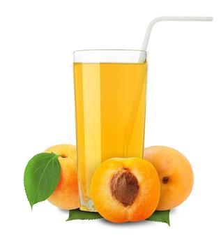 Abrikozensap en plakjes sinaasappel geïsoleerd