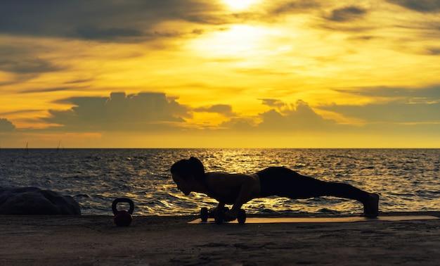 Abstrac. silhouet yoga. portret van een jonge vrouw beoefenen van yoga aan de zee. ontspannen aan de zee. meditatie