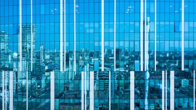 Abstract beeld als een weerspiegeling van de stedelijke futuristische architectuurgebouwen van de stijlstad in een glas