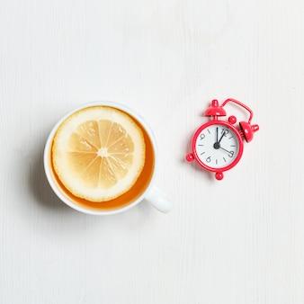 Abstract beeld van de pauze voor thee met citroen op een witte houten achtergrond. bovenaanzicht.