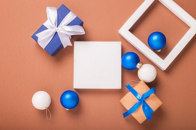 Abstract beeld van geometrische vormen, kerstboomversieringen en geschenken. banier. plat lag, bovenaanzicht.