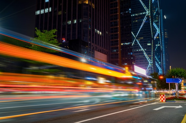 Abstract beeld van onduidelijk beeldmotie van auto's op de stadsweg bij nacht