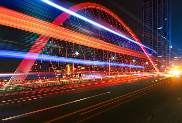 Abstract beeld van onscherpte beweging van auto's op de weg van de stad 's nachts