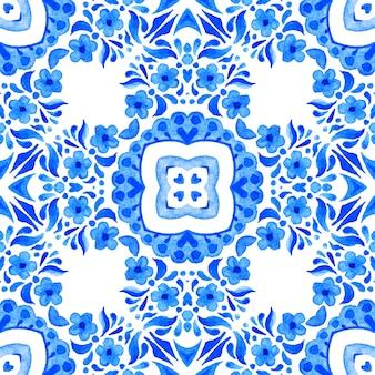 Abstract blauw en wit hand getrokken tegel naadloze sier aquarel verf patroon.