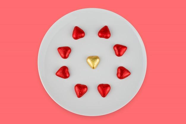 Abstract chocoladesuikergoed in hartenvorm op witte plaat