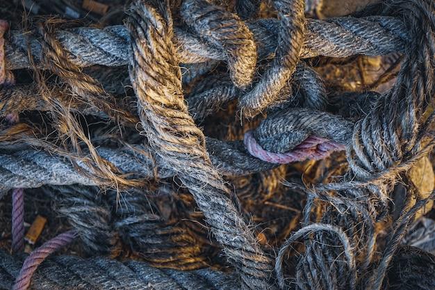 Abstract detail van een oude hoop kabels