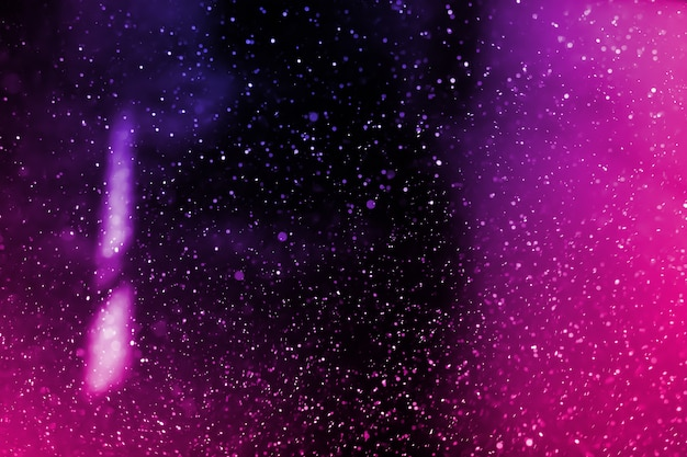 Abstract echt purper stof die over zwarte achtergrond drijven. stofparicles voor bekledinggebruik in grungeontwerp. wazig stof concept.