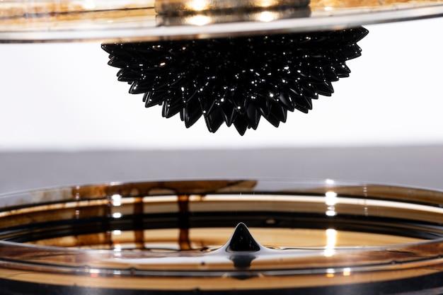 Abstract ferromagnetisch gespiegeld metaal met vloeistoflekken