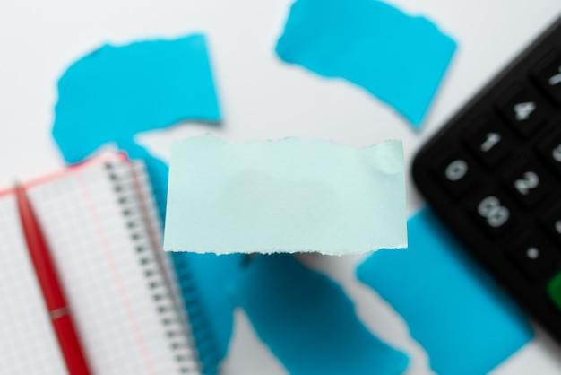 Abstract focussen op één idee, hoofdprobleemconcept oplossen, belangrijke notities schrijven, getallen berekenen, eenvoudige kantoorpatroonontwerpen, ruwe patronen
