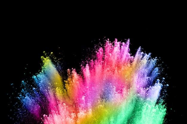 Abstract gekleurde stofexplosie op een zwart.
