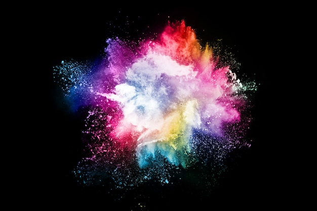 Abstract gekleurde stofexplosie op een zwarte achtergrond.