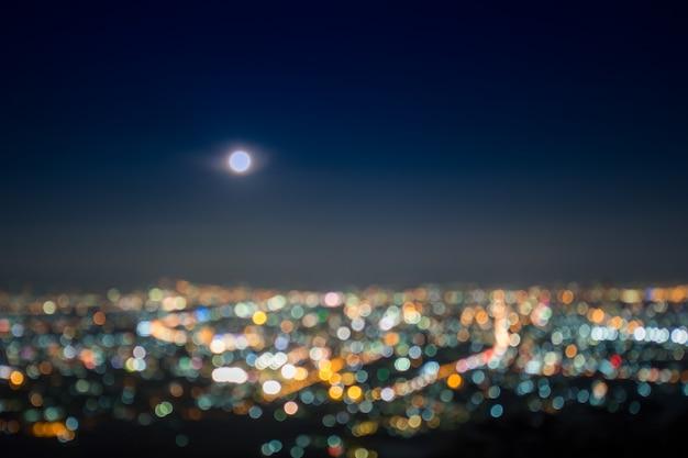 Abstract, mooi bokeh-landschap van stad bij nacht, bokeh-licht en de zonsondergang van de onduidelijk beeldstad