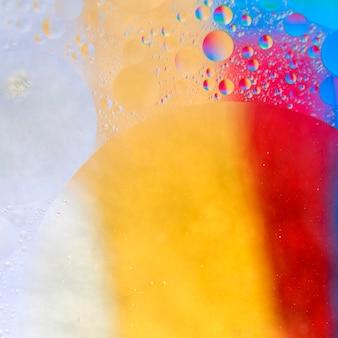 Abstract patroon van gekleurde oliebellen op water