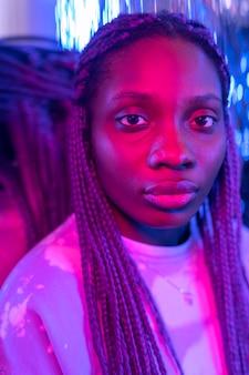 Abstract portret van vrouw in vaporwave-stijl