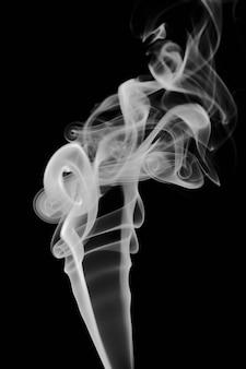 Abstract rookbeeld op zwarte achtergrond, mysterie-effect.