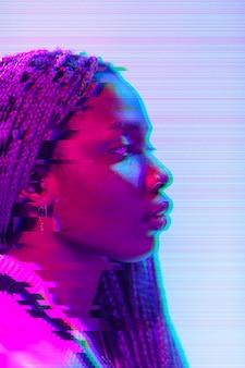 Abstract vaporwave portret van een vrouw