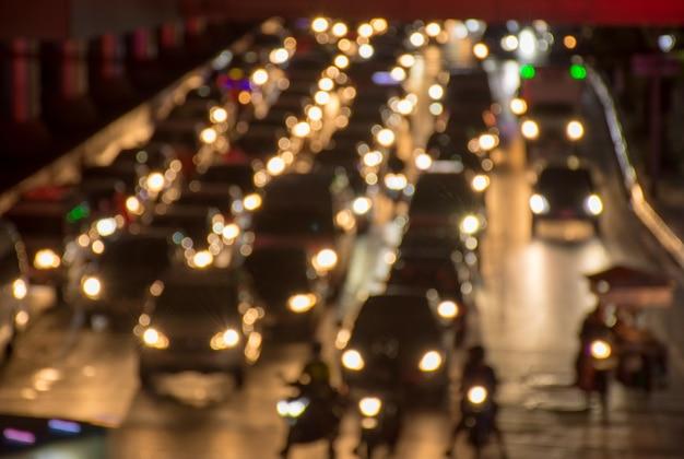 Abstract vervagen oranje bokeh en glitter licht van de auto op de weg met verkeersopstopping in de nacht
