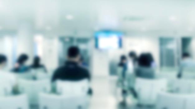 Abstract vervagen patiënt zittend op ziekenhuis lobby voor wachtende arts