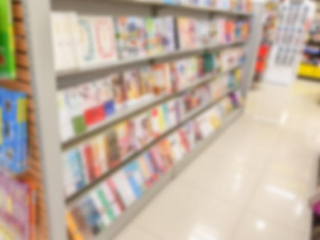 Abstract vervagen van boek op boekenplanken in boekhandel.