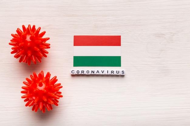 Abstract virusstammodel van 2019-ncov midden-oosten ademhalingssyndroom coronavirus of coronavirus covid-19 met tekst en vlag hongarije op witte achtergrond.