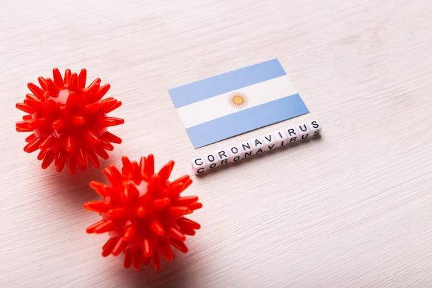 Abstract virusstammodel van 2019-ncov midden-oosten respiratoir syndroom coronavirus of coronavirus covid-19 met tekst en vlag argentinië op wit