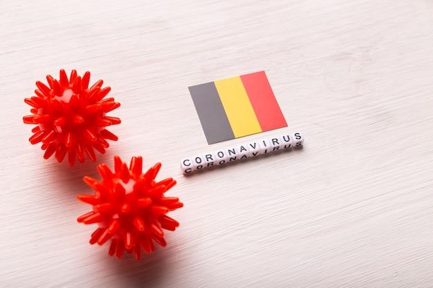 Abstract virusstammodel van 2019-ncov midden-oosten respiratoir syndroom coronavirus of coronavirus covid-19 met tekst en vlag belgië op wit