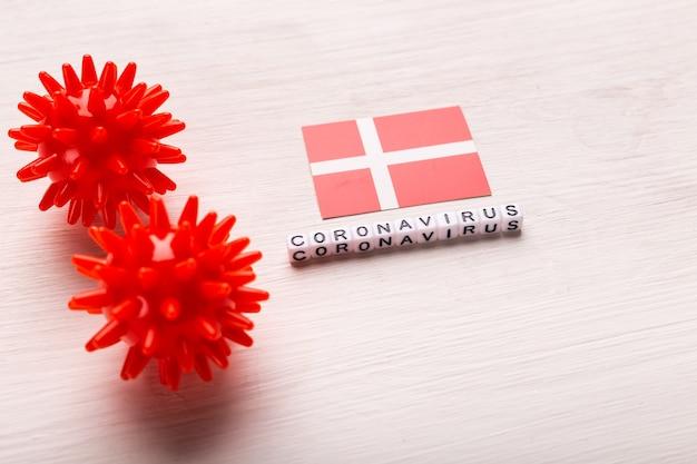 Abstract virusstammodel van 2019-ncov midden-oosten respiratoir syndroom coronavirus of coronavirus covid-19 met tekst en vlag denemarken op wit
