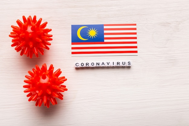 Abstract virusstammodel van 2019-ncov midden-oosten respiratoir syndroom coronavirus of coronavirus covid-19 met tekst en vlag maleisië op wit