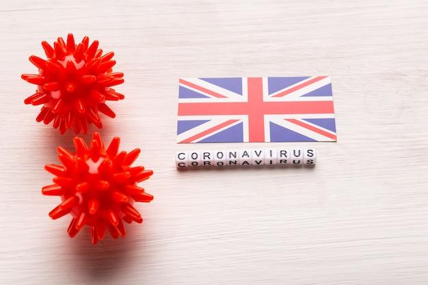 Abstract virusstammodel van 2019-ncov midden-oosten respiratoir syndroom coronavirus of coronavirus covid-19 met tekst en vlag verenigd koninkrijk op wit