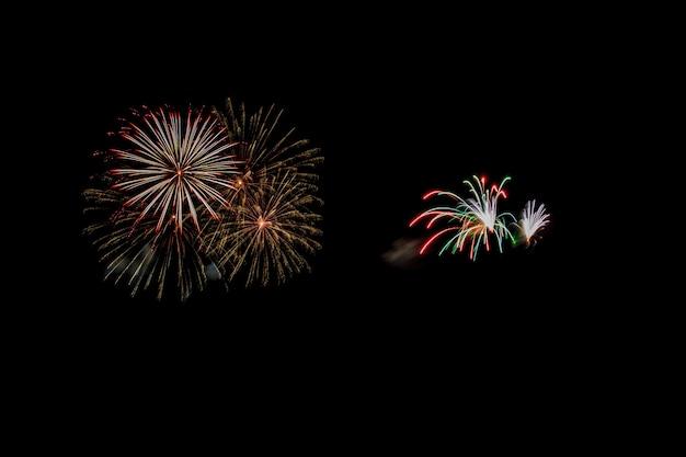 Abstract vuurwerk oplichten van de donkere hemel
