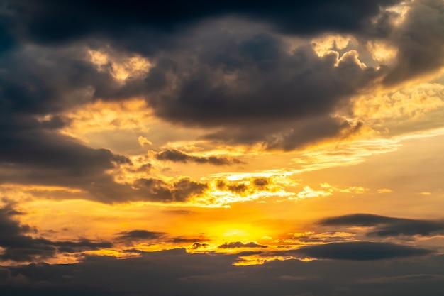 Abstracte achtergrond, landschap van dramatische hemel in avond.